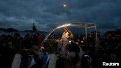 El Papa Francisco animó a los jóvenes brasileños a seguir luchando por un futuro más brillante.