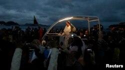 프란치스코 교황이 25일 저녁 브라질 세계청년대회 행사장인 코파가바나 해변에서 청년들의 환영을 받고 있다.
