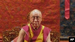 达赖喇嘛在万人祈福法会上诵经