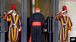 Los cardenales siguen llegando a las reuniones preliminares al cónclave, pero todavía faltan 5 para completar los 115 que elegirán al nuevo Papa.