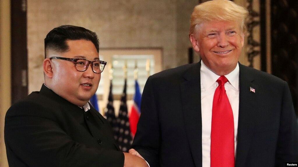 Tổng thống Mỹ Donald Trump và lãnh tụ Triều Tiên Kim Jong Un bắt tay sau khi ký các văn kiện tại cuộc họp thượng đỉnh trên đảo Sentosa, Singapore, ngày 12/6/2018.