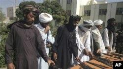 ພວກນັກລົບຕາລິບານ ວາງອາວຸດທີ່ເມືອງ Herat, ອັຟການິສຖານ, ເມື່ອວັນພຸດ ທີ 21 ເດືອນກັນຍາ 2011, ເພື່ອເຂົ້າຮ່ວມການເຈລະຈາ ສະຫງົບເສິກ ກັບຝ່າຍລັດຖະບານອັຟການິສຖານ.