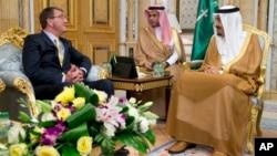 Menlu Amerika Ashton Carter (kiri) bertemu dengan Raja Saudi Salman di Jeddah hari Rabu (22/7).