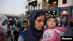 지난달 14일 그리스 아테네의 피래우스 항구에 도착한 난민선에서 시리아 난민들이 내리고 있다.