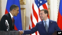 U.S. President Barack Obama, left, and his Russian counterpart Dmitry Medvedev, right, shake hands after signing the newly completed new START treaty reducing long-range nuclear weapons at the Prague Castle in Prague, Czech Republic, Apr 8, 2010 (File Pho