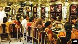 Khách hàng chọn nữ trang bằng vàng tại một cửa hàng ở Allahabad, Ấn Độ