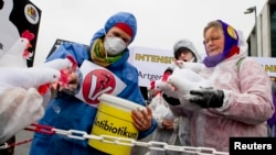 Aksi protes terhadap penggunaan antibiotik untuk ternak di Berlin. (Foto: Dok)