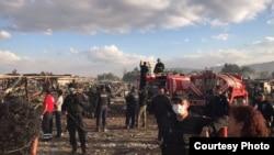 Agentes policiales trabajan entre los restos del mercado de pirotecnia de San Pablito, incendiado el martes. Foto: Policía Federal mexicana.