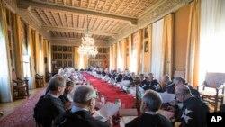 Les Chevaliers de Malte participent à un scrutin secret pour l'élection du nouveau Grand Maître, à la Villa Magistrale de l'ordre sur la Colline Aventine de Rome, le samedi 29 avril 2017.