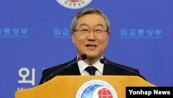 19일 한국 외교통상부에서 한국의 유엔안전보장이사회 비상임 이사국 진출과 관련해 기자회견 중인 김성환 외교통상부 장관.