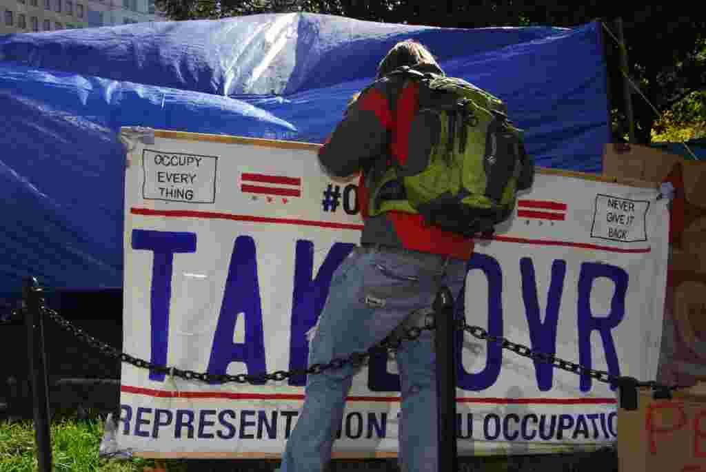 Los manifestantes llevan dos meses acampando en Washington. Esta imagen es de un día antes de la organización de la cadena humana a pocas cuadras de la Casa Blanca, 5 de noviembre, 2011.