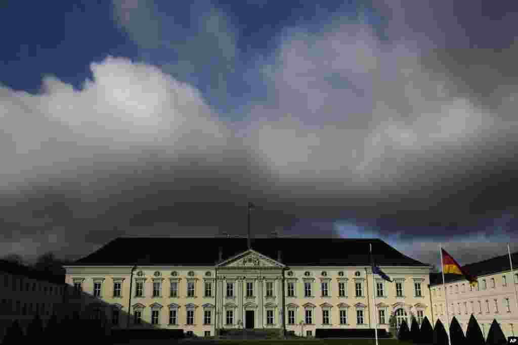 نمایی از آسمان ابری بر فراز کاخ «فرانک والتر اشتانمایر»، رئیس جمهوری آلمان.