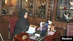 Seorang perempuan Saudi yang bekerja di toko perhiasan di Jeddah. (Foto: Dok)