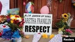 Tempat peringatan untuk menghormati penyanyi Aretha Franklin tampak di luar Gereja New Bether Baptist di Detroit, Michigan, 17 Agustus 2018.