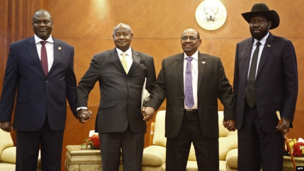 Le président sud-soudanais Salva Kiir (à droite) et son rival Riek Machar (à gauche) avec le président ougandais Yoweri Museveni et le président soudanais Omar al-Bashir à Khartoum, le 25 juin 2018.