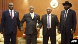 Le président sud-soudanais Salva Kiir et son rival Riek Machar avec le président ougandais Yoweri Museveni et le président soudanais Omar al-Bashir à Khartoum, le 25 juin 2018.
