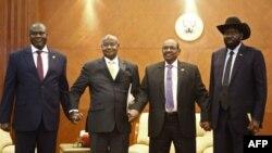 Perezida wa Sudani y'epfo Salva Kiir n'uwo badacana uwaka Riek Machar na Perezida wa Uganda Yoweri Museveni na Perezida wa Sudani Omar al-Bashir i Khartoum, itariki 25/06/2018.