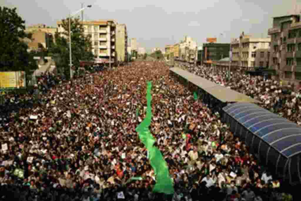 جنبش سبز فعلا سياست صبر و انتظار در پيش گرفته است و خود را برای فرصت بعدی ابراز وجود آماده می کند برای خواندن مقاله کليک کنيد