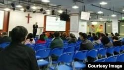 不久前的活石教會聚會,參加聚會的人已經明顯減少。講道者是仰華牧師(活石教會人員提供)