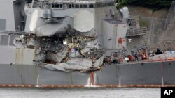 Tàu USS Fitzgerald bị hư hỏng nặng ở mạn tàu sau vụ tai nạn.