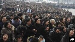 ពលរដ្ឋក្រុងព្យុងយ៉ាងសម្តែងទុក្ខក្នុងពេលមកទស្សនារូបភាពពាក់កណ្តាលខ្លួនរបស់អតីតមេដឹកនាំកូរ៉េខាងជើង លោកគីម យុងអ៊ីល ដែលដាក់បង្ហាញនៅ Pyongyang Indoor Stadium ក្នុងរដ្ឋធានីព្យុងយ៉ាង កូរ៉េខាងជើង កាលពីថ្ងៃទី២១ ធ្នូ ២០១១។