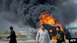 지난 21일 파키스탄 페샤와르에서 나토군 보급차량이 공격을 받아 불에 타고 있다. (자료사진)