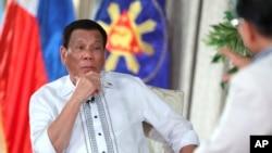 Tổng thống Rodrigo Duterte không đề cập gì đến vụ tàu cá Philippines bị đâm chìm hôm Chủ nhật trong bất kì bài phát biểu dài và không chuẩn bị sẵn nào của ông kể từ khi đó.