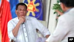 菲律賓總統府發言人帕內洛(Salvador Panelo)(右) 與菲律賓總統杜特爾特(左)資料照。