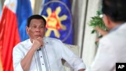 Presiden Filipina Rodrigo Duterte dalam acara bincang-bincang di televisi dari Istana Kepresidenan Macanang, 11 September 2018.