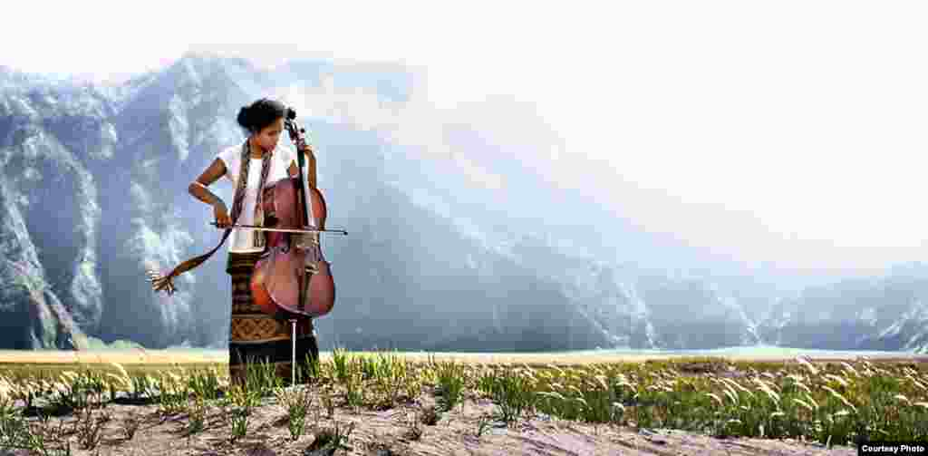 A cellist plays music in the middle of a desert area of Mount Bromo, Indonesia. (Photo submitted by Alland Dharmawan to VOA Photo Contest)