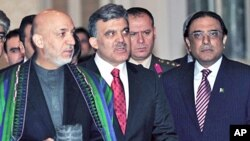 Turkish Pres. Abdullah Gul (C) is flanked by Afghanistan's Pres. Hamid Karzai (L) and Pakistan's Pres. Asif Ali Zardari (R) as they convene for talks in Istanbul, 25 Jan 2010