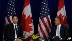 លោកប្រធានាធិបតី បារ៉ាក់ អូបាម៉ា (រូបស្តាំ) ស្តាប់លោក Justin Trudeau នាយករដ្ឋមន្រ្តីកាណាដា ថ្លែងទៅកាន់អ្នកសារព័ត៌មាន បន្ទាប់ពីកិច្ចប្រជុំទ្វេភាគីរបស់លោកនៅក្នុងកិច្ចប្រជុំកំពូលសហប្រតិបត្តិការសេដ្ឋកិច្ចអាស៊ីប៉ាស៊ីហ្វិក (APEC) នៅក្នុងក្រុងម៉ានីល ប្រទេសហ្វីលីពីន កាលពីថ្ងៃទី១៩ ខែវិច្ឆិកា ឆ្នាំ២០១៥។