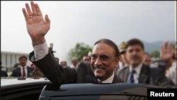 سابق صدر آصف زرداری جعلی اکاوَنٹس کیس میں نیب کی حراست میں ہیں۔ (فائل فوٹو)
