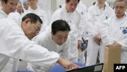 Thủ tướng Nhật Bản Yoshihiko Noda (giữa) tới thăm nhà máy điện hạt nhân Fukushima bị hư hại, ngày 8/9/2011