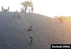 Sejumlah remaja bermain sandboarding di gumuk pasir Parangtritis Yogyakarta. (Foto: VOA/Nurhadi)