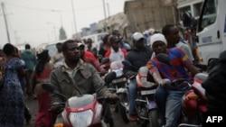 Des chauffeurs de taxi motocyclistes sont dans la circulation sur une route très fréquentée du quartier du marché de Goma, à l'est de la République démocratique du Congo, le 18 juillet 2012.