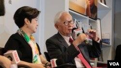 2020年3月31日,台积电创办人张忠谋与台积电慈善基金会董事长张淑芬于出席新书《引路》发表会,谈台积电的慈善公益行动。(美国之音李玟仪拍摄)
