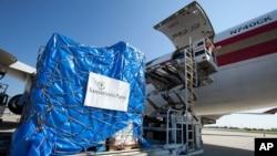 미국의 민간 구호단체 '사마리탄 퍼스'가 지난 2012년 대북 수재 지원 물품을 선적하고 있다. (자료사진)