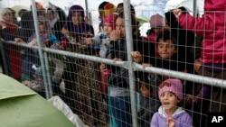 Para migran antri menunggu pembagian makanan di Idomeni, Yunani. Mereka kini khawatir akan dideportasi ke Turki, sesuai perjanjian antara Uni Eropa-Turki untuk mengatasi krisis migran di Eropa.