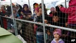 مهاجرین در عقب دیوار های سیمی