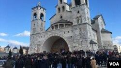 Arhiva - Nekoliko stotina osoba okupilo se ispred Sabornog Hrama vaskrsenja Hristovog u Podgorici, noseći crkvene i srpske zastave, Crna Gora, 26. decembra 2019. (Foto: Predrag Milić, VoA)