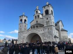 Nekoliko stotina osoba okupilo se ispred Sabornog Hrama vaskrsenja Hristovog u Podgorici, noseći crkvene i srpske zastave, Crna Gora, 26. decembra 2019. (Foto: VOA/Predrag Milić)