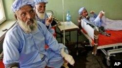 대통령 선거 결선투표에 참여했다는 이유로 탈레반 무장대원들에게 손가락을 잘린 아프가니스탄 주민들이 헤라트의 한 병원에서 치료를 받고 휴식을 취하고 있다.