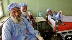 ຜູ້ຊາຍອັຟການິສຖານ ຈຳນວນນຶ່ງ ທີ່ຖືກພວກຕາລີບານ ຕັດນິ້ວມື ໄດ້ຮັບການຮັກສາ ຢູ່ໂຮງໝໍແຫ່ງນຶ່ງໃນເມືອງ Herat, ວັນທີ 15 ມິຖຸນາ 2014.