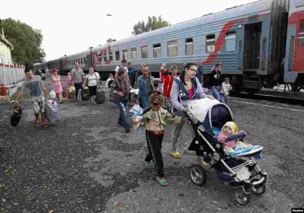 Ukraynanın şərqindən qaçanlar Stavropoldakı qaçqın düşərgəsinə doğru gedir - 21 avqust, 2014