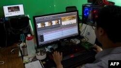 ရန္ကုန္ၿမိဳ႕ရွိ စတူဒီယိုခန္းတခုအတြင္းမွာ အလုပ္လုပ္ေနသူတဦး။ (ၾသဂုတ္ ၁၁၊ ၂၀၁၇)