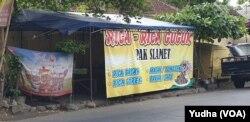 Tenda dan identitas warung makan di Solo menyajikan kuliner dari daging anjing, Jumat, 6 Desember 2019. (Foto : VOA / Yudha Satriawan)