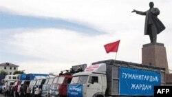 Грузовики с гуманитарной помощью в центре Оша 16 июня 2010г.