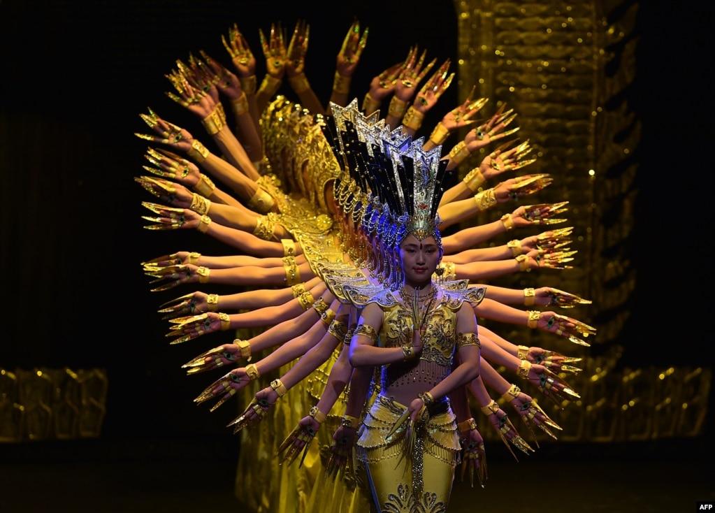 """中国残疾人表演艺术团成员于2017年8月30日在波哥大的豪尔赫·埃利克·加特剧院演出""""我的梦想""""。中国残疾人表演艺术团成立于1987年。作为包容性的良好例证,该团体目前是联合国教科文组织的名誉和亲善大使。"""