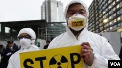 Aktivis Greenpeace melakukan unjuk rasa di luar kediaman PM Jepang, Yoshihiko Noda (16/12).